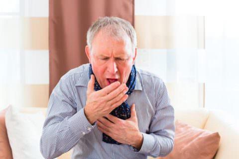 Изнурительный кашель - один из симптомов кандидоза легких